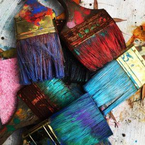 מברשות צבע עם צבעים