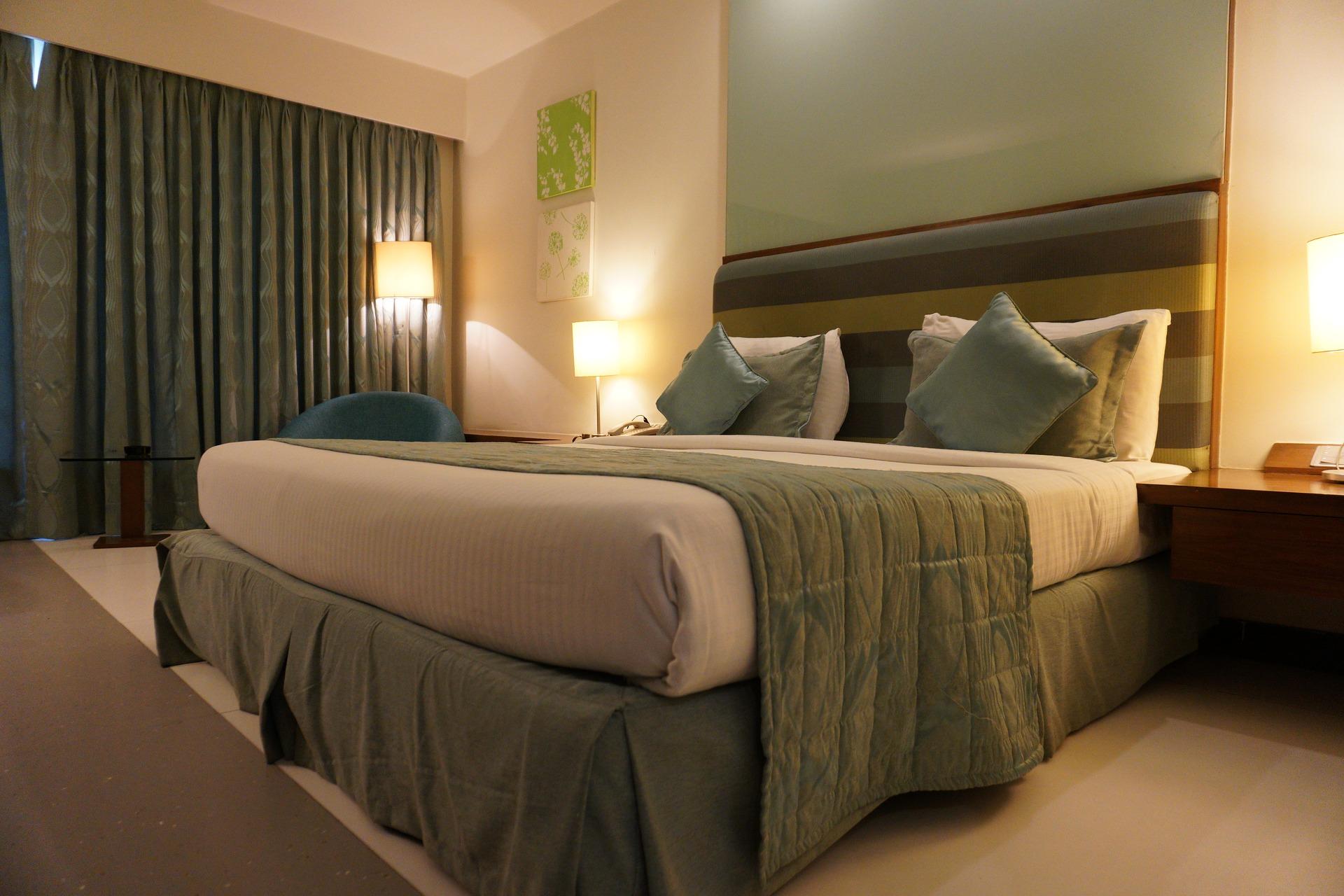 מיטה זוגית מסודרת